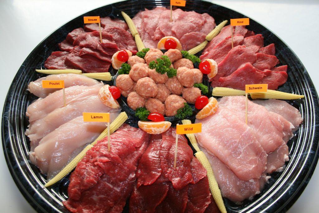 verschiedenes Fleisch für Fondue auf einem Teller. Lamm Wild Hänchen Kalb Schwein Rind Strauss.